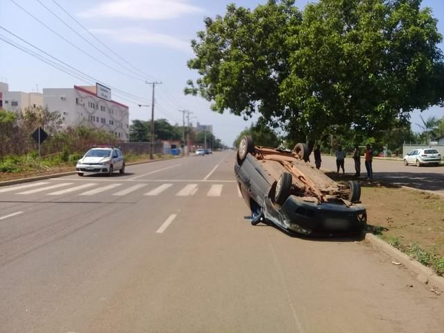 Mulher fica ferida após carro capotar em avenida de Palmas