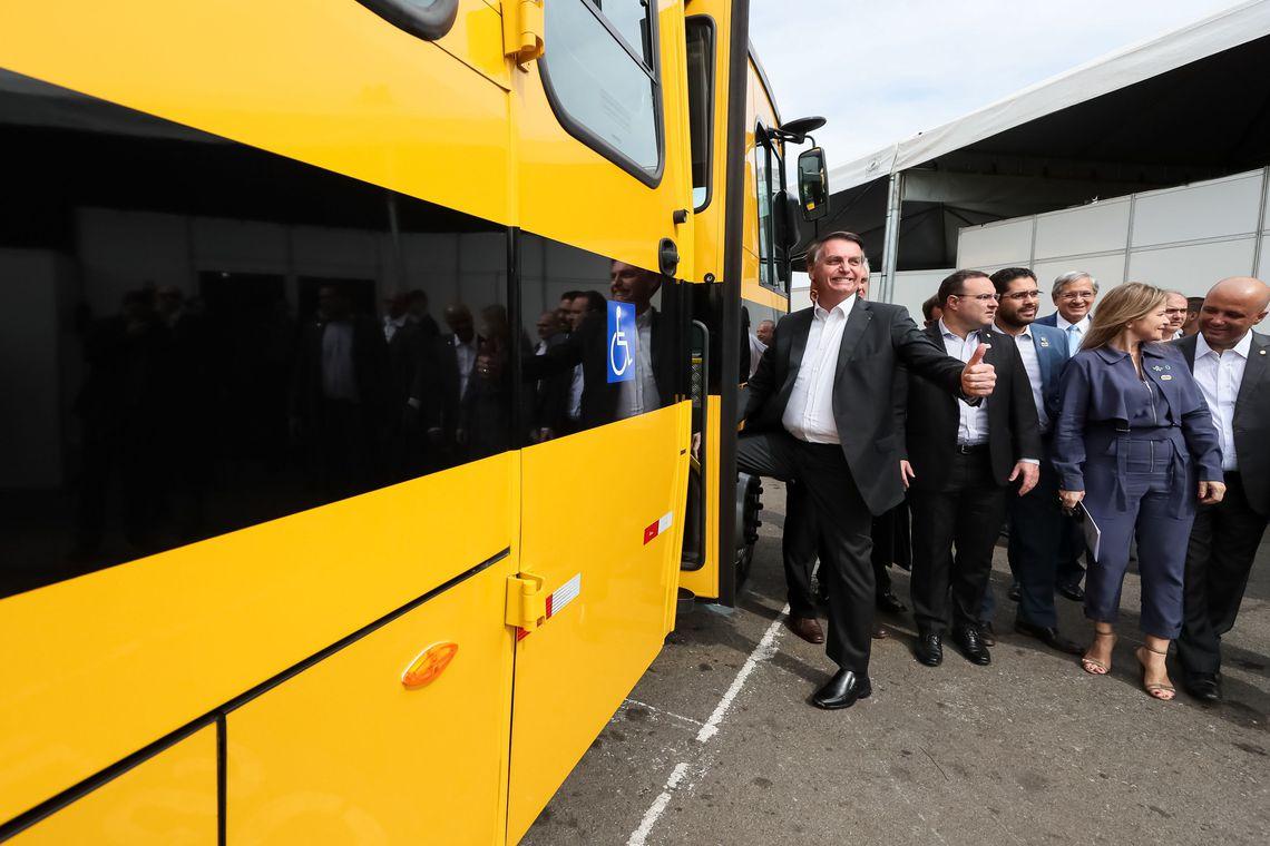 Bolsonaro participa da entrega de mais de 200 ônibus escolares em Goiânia-GO