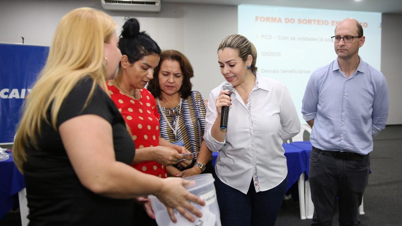 Futuros moradores do Recanto da Araras I comemoram definição de endereços das novas casas