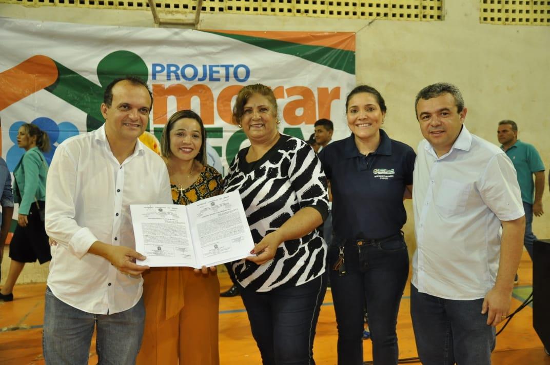 Prefeito Joaquim Maia entrega Títulos Definitivos de posse a moradores do setor São Francisco em Porto Nacional