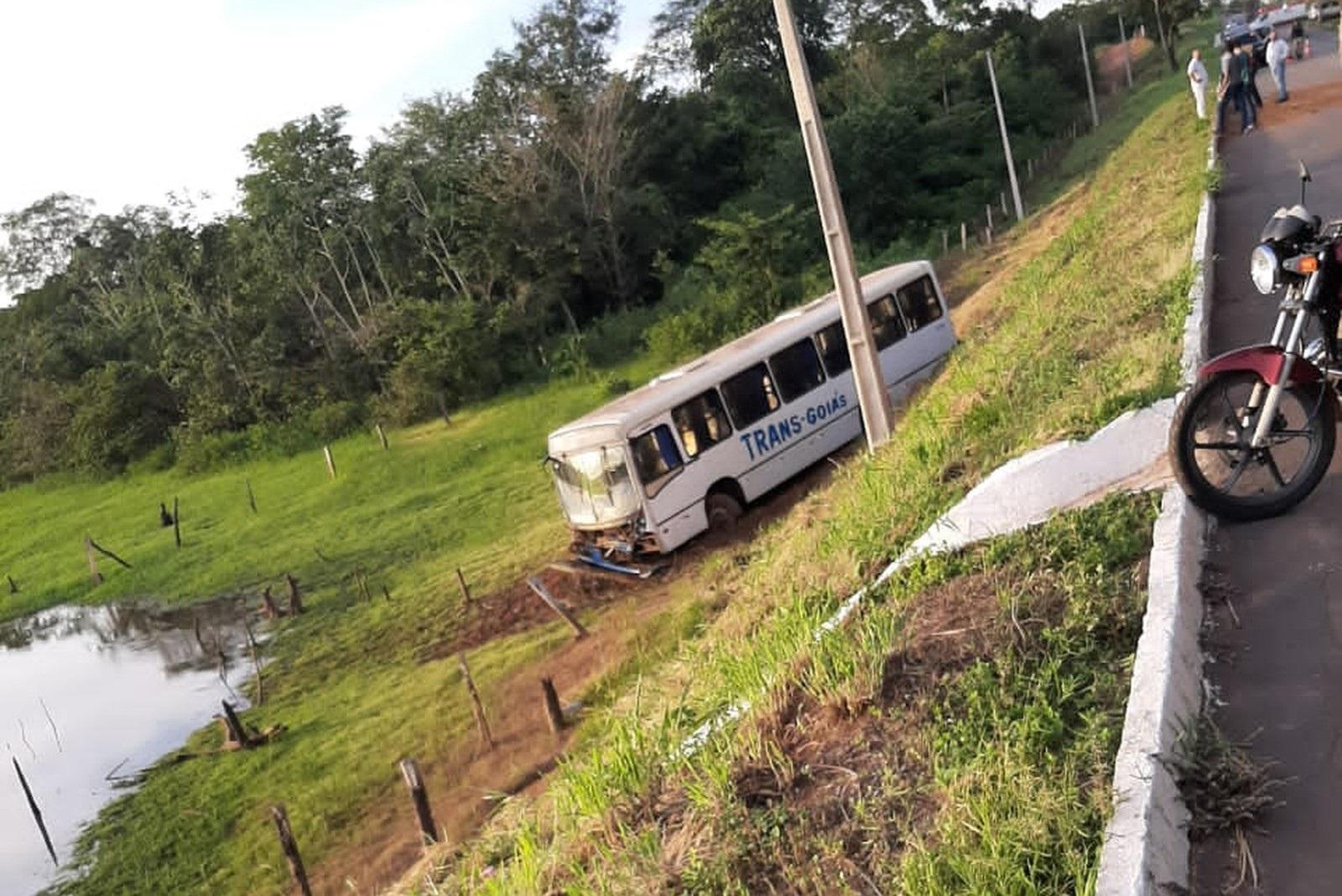 Motorista de ônibus transportando funcionários perde o controle da direção e sai da pista, em Gurupi