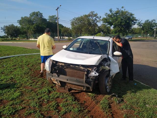 Carro invade rotatória e derruba poste de iluminação pública em Palmas