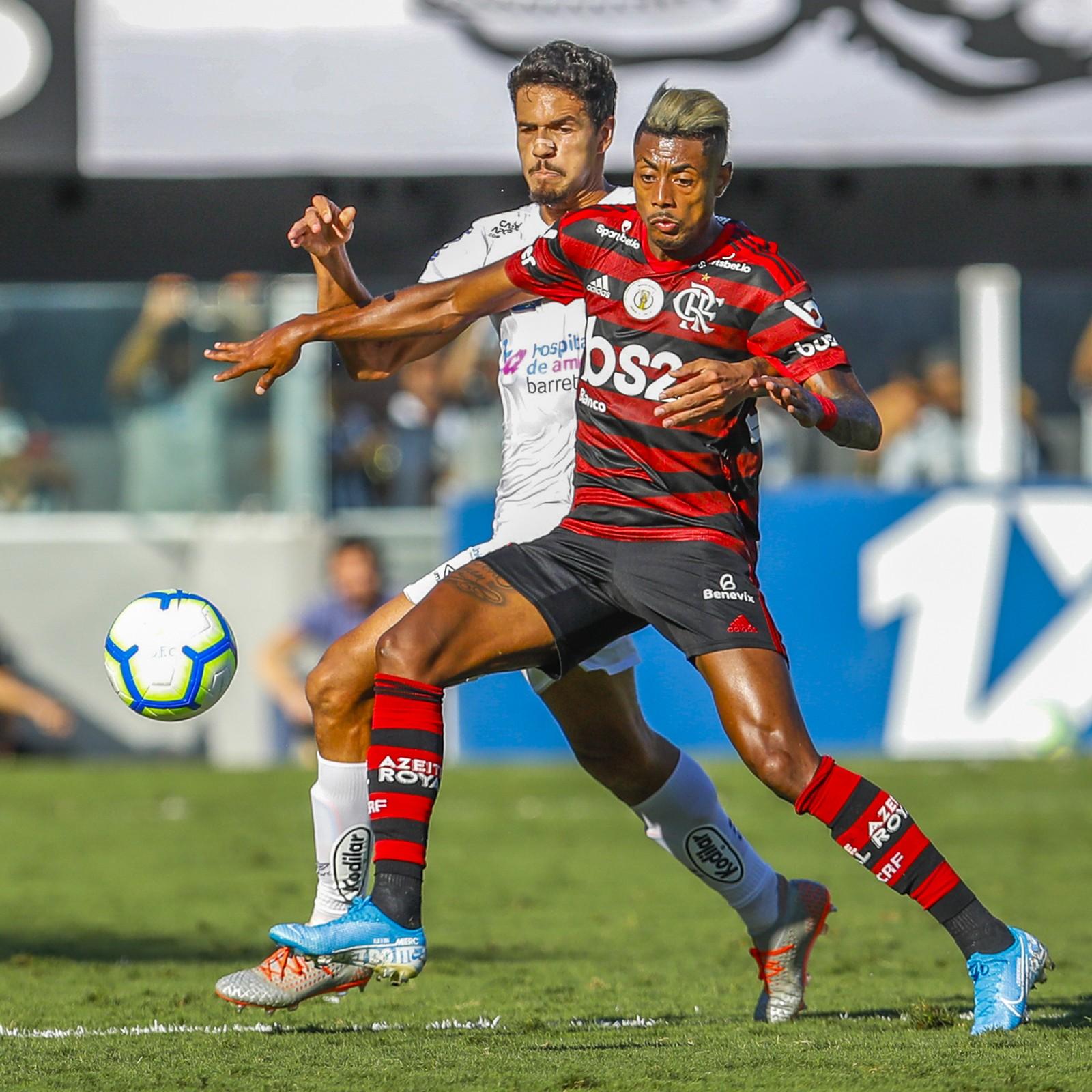 Bruno Henrique volta a sentir dores na coxa e vira preocupação no Flamengo antes do Mundial