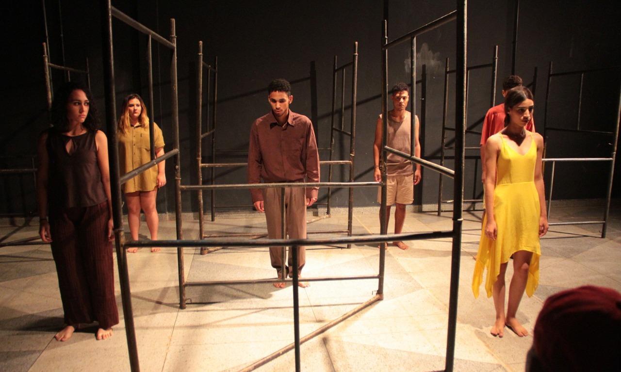 Grupo de teatro aborda temática do suicídio em espetáculo teatral para estudantes de escola pública em Taquaruçu