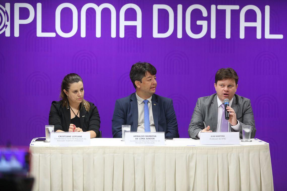 Governo Federal anuncia versão digital de diplomas com custo 80% menor