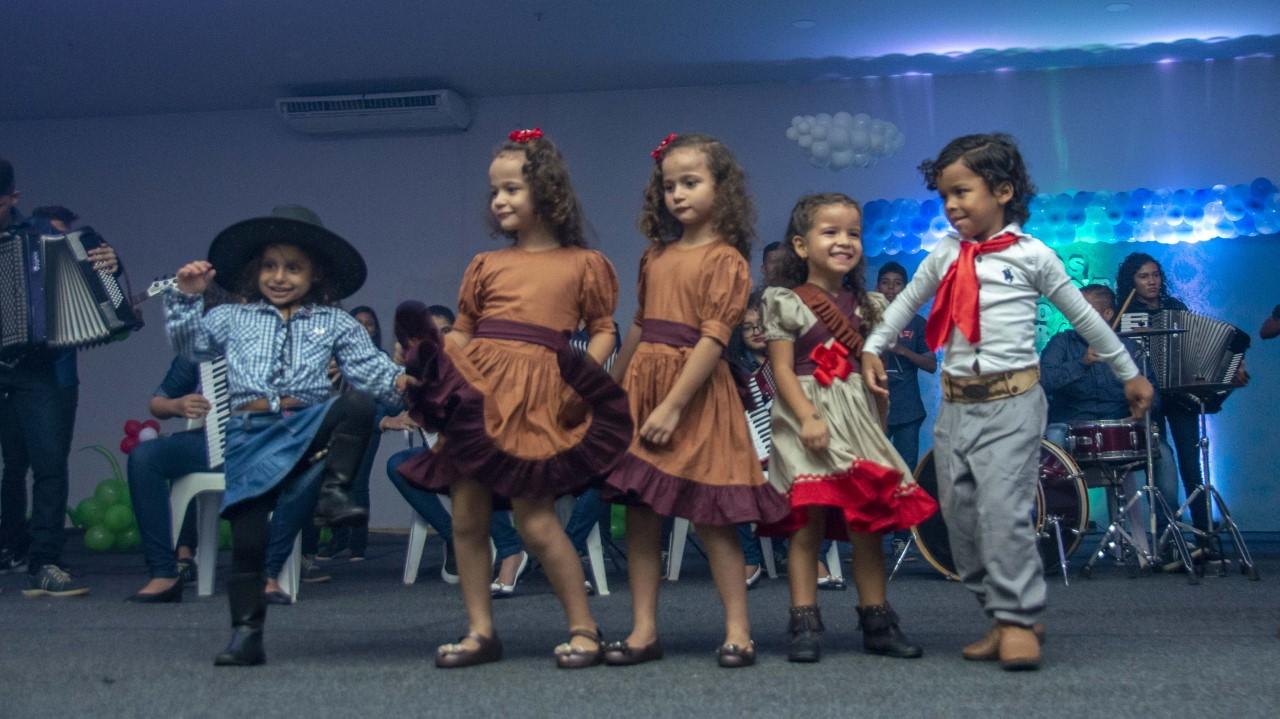 Crianças do CMEI Amâncio José de Moraes levam os 'Os Encantos do Meu Brasil' ao Centro de Convenções Arnoud Rodrigues