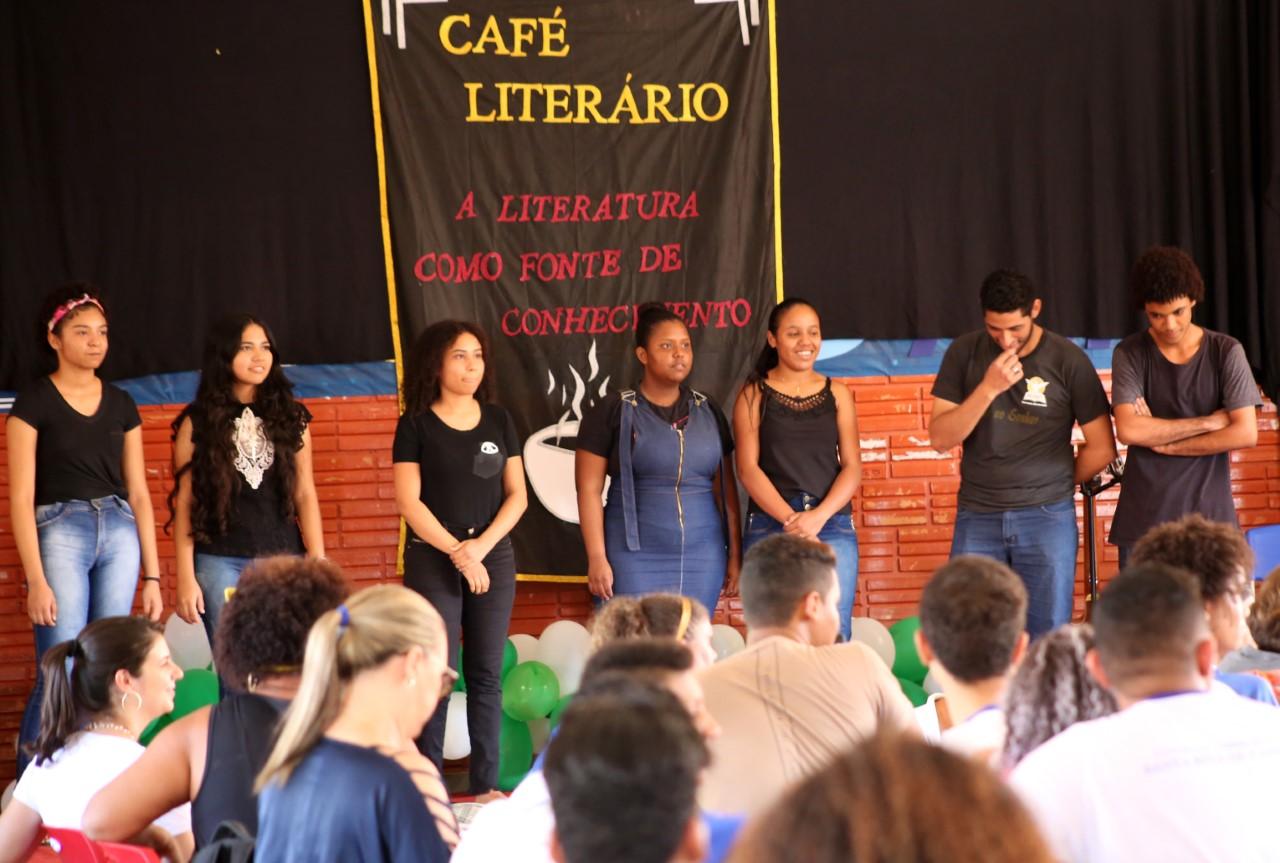 Café Literário do CEM Santa Rita reúne escolas literárias e arte com apresentações lúdicas em Palmas