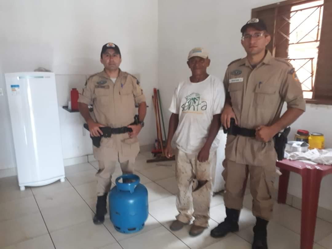 Militares de Paraíso do Tocantins doam botijão de gás à vítima de furto