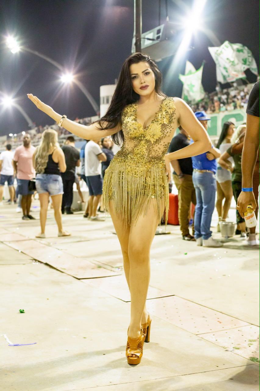 "Musa no Carnaval, Fiama Freitas curte camarote e adianta fantasia: ""sexy e luxuosa"""