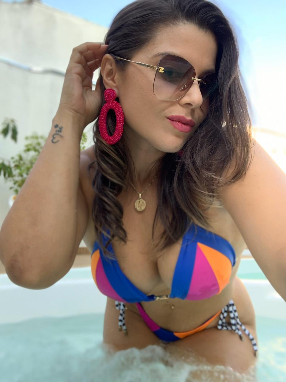 Flávia Gira de 34 anos aposta na beleza da mulher brasileira e vai conquistando fãs