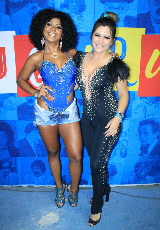 Ex Panicat Tânia Oliveira e Bailarina do Ratinho Cintia Mello curtem noite de samba na Acadêmicos do Tucuruvi