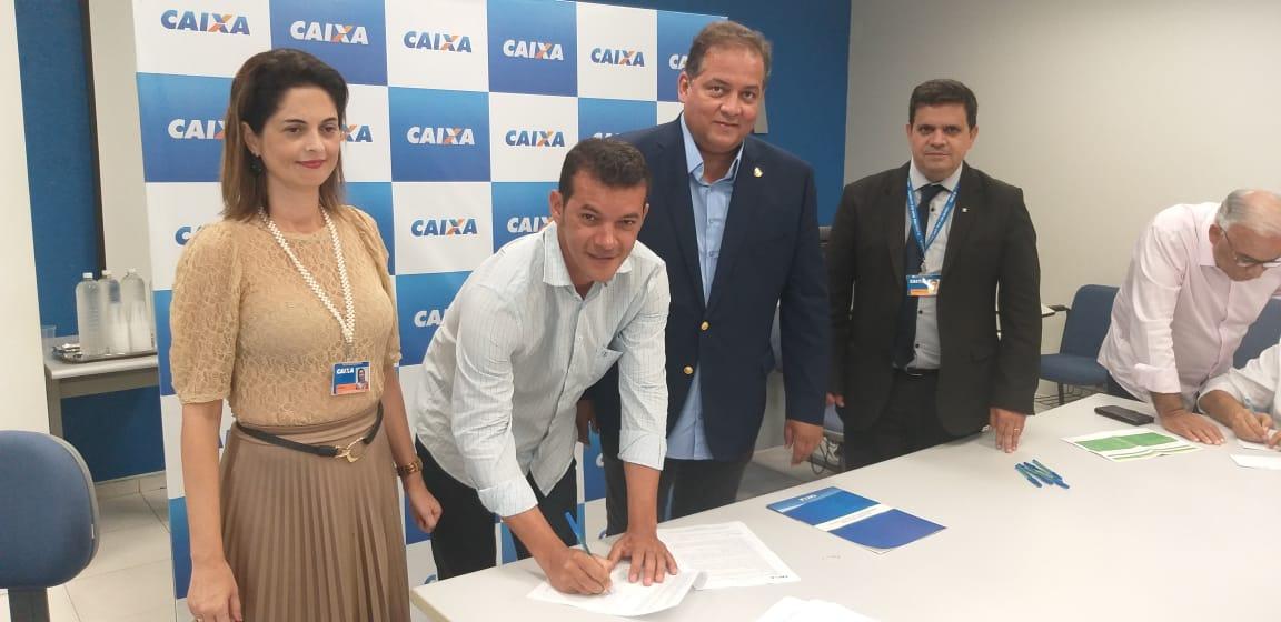 Prefeitura de Marianópolis celebra convênios para obras e obtenção de recursos