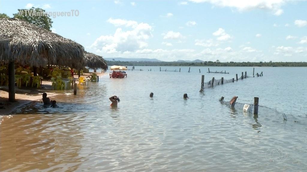 Manchas verdes aparecem na água perto da praia do Caju e preocupam comerciantes em Palmas