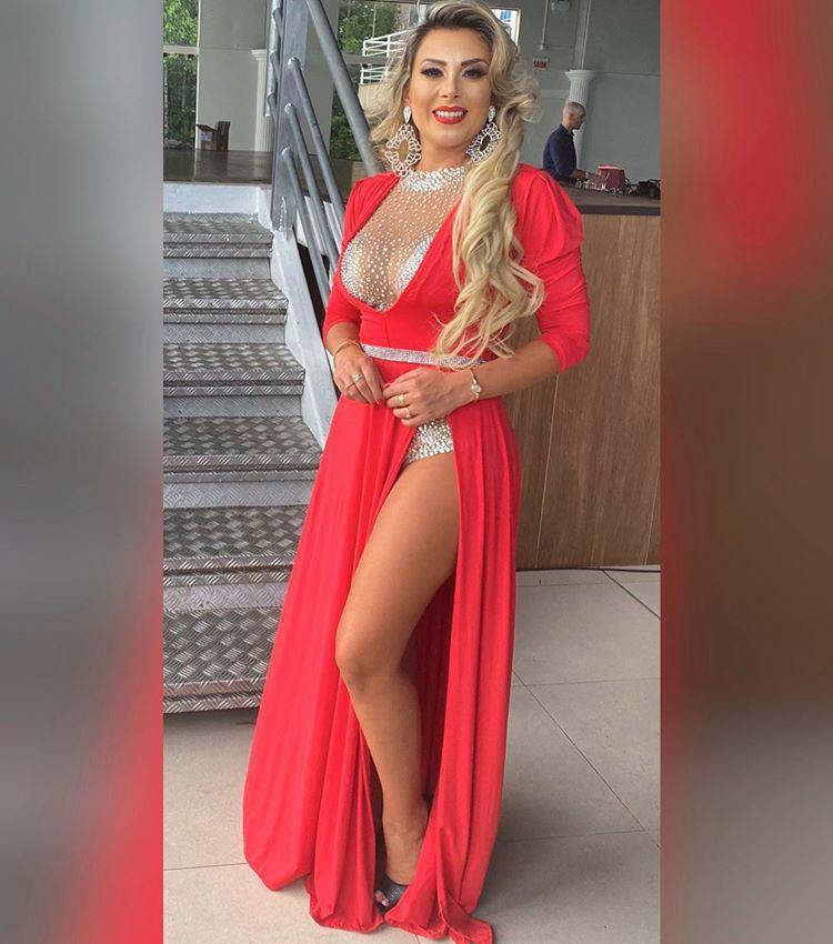 Carol Ribas arrasa com vestido de fenda no concurso Musa de Santa Catarina