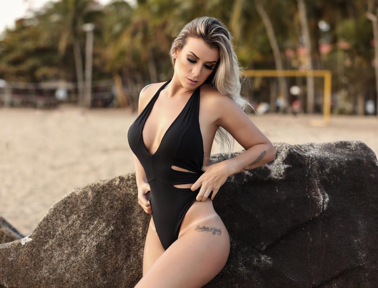 Modelo e atriz Vanessa Di Santo exibe suas curvas em ensaio e dispara: 'A vida é para ser vivida'