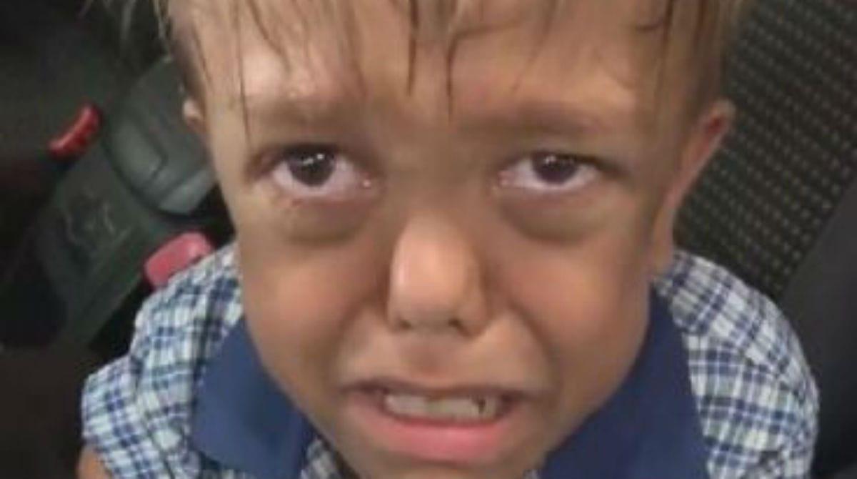 """Menino com nanismo diz """"quero morrer"""" após bullying e mãe desabafa"""