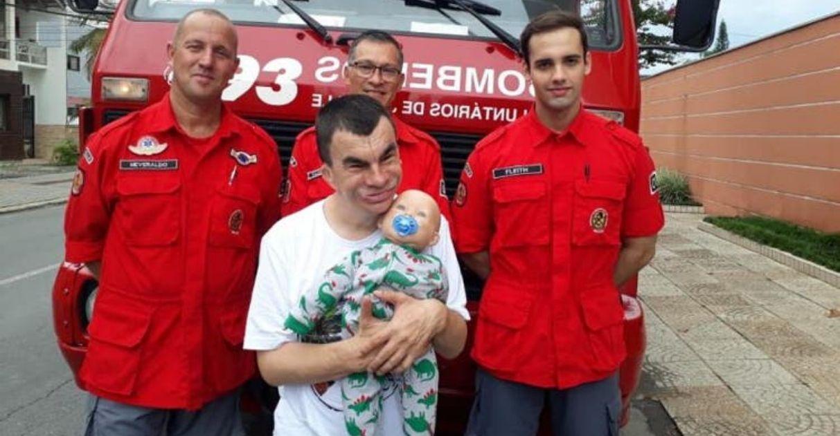 Bombeiros 'resgatam' boneco de rapaz com deficiência intelectual em SC; vídeo