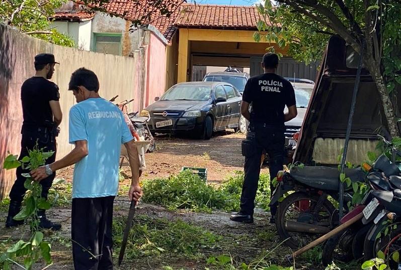 Reeducandos da Cadeia Pública de Tocantinópolis realizam limpeza de pátio de Delegacia da Polícia Civil