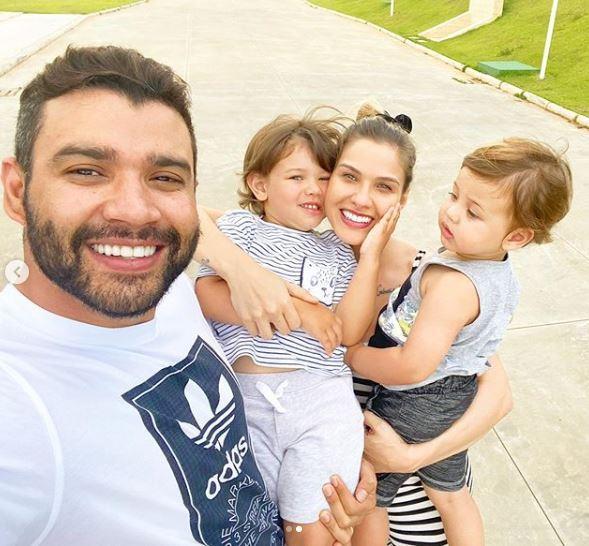 """Andressa Suita compartilha clique em família e se declara: """"Felicidade"""""""