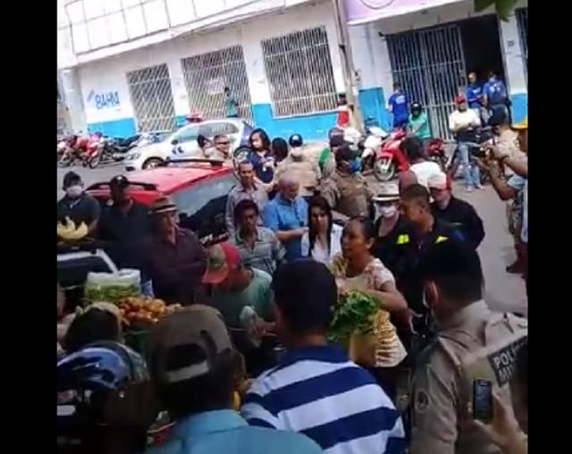 Polícia fecha banca de ambulante durante fiscalização e moradores ficam revoltados em Araguaína