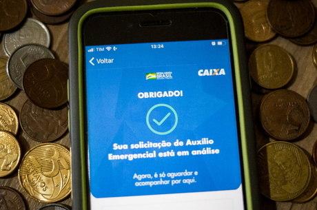 Quase 2 milhões aguardam resposta para receber o auxílio emergencial