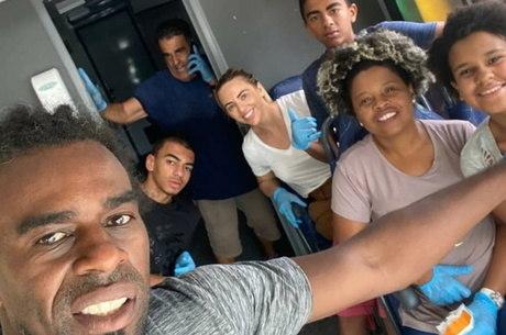 Ex-jogador gaúcho Tinga distribui 200 marmitas por dia em Porto Alegre