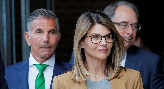 Culpados de fraude nos EUA, Lori Loughlin, atriz de 'Três é Demais', e marido aceitam acusações