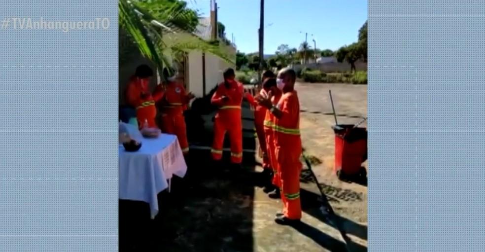 Moradora de Palmas distribui café da manhã e álcool gel para garis como forma de gratidão