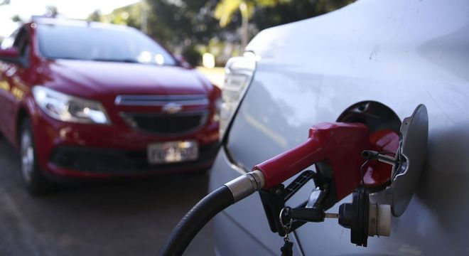 Preço médio do litro da gasolina sobe a R$ 3,835 após reajustes