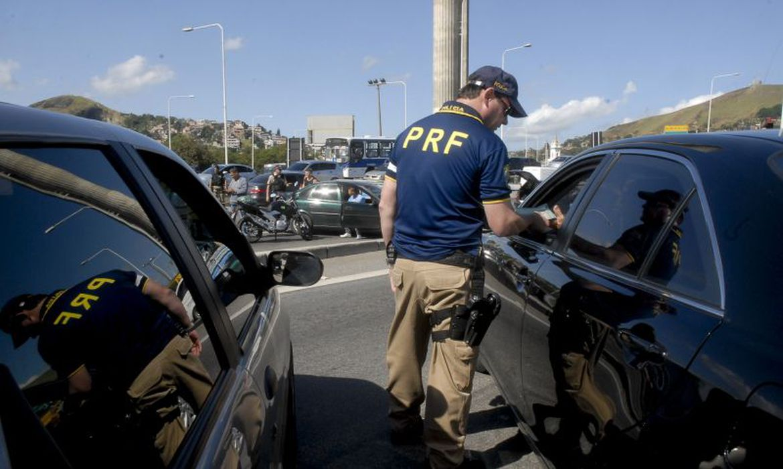 Polícia faz operação contra corridas ilegais de carro no Rio