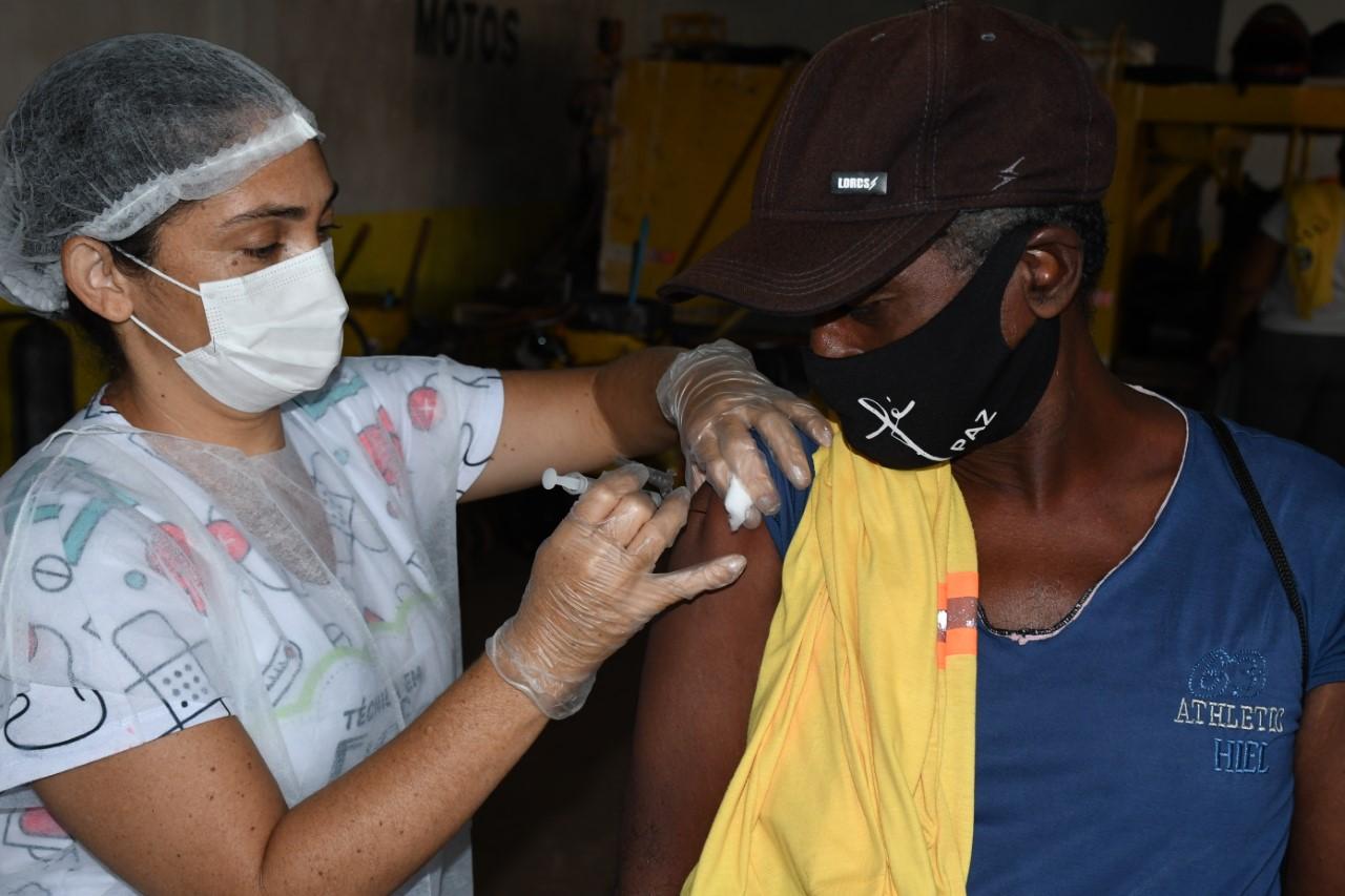 Funcionários da limpeza recebem vacina contra a Influenza em Paraíso