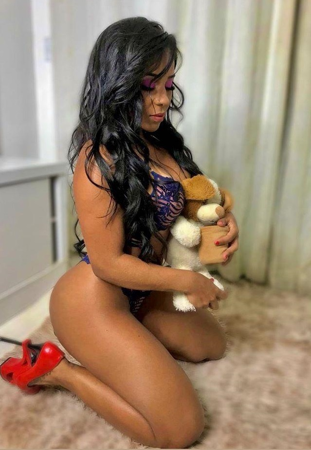 Modelo Acsa Sabrina faz sucesso com corpo escultural