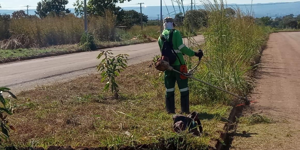 Prefeitura de Porto Nacional faz serviço de roçagem em loteamentos de Luzimangues