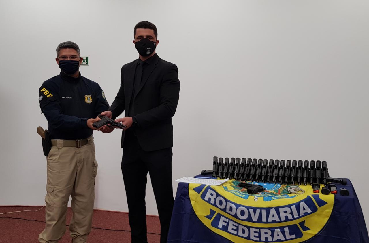 PRF realiza doação de armas, carregadores e algemas para Polícia Penal do Tocantins