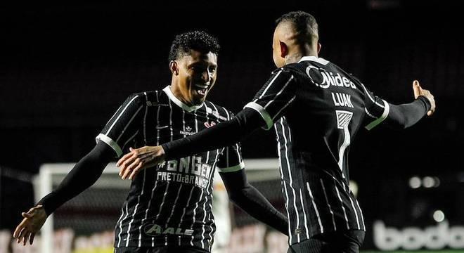 Com frango e gol de Jô, Corinthians vence Bragantino e enfrentará Mirassol