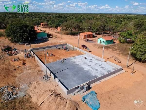 Em Rio dos Bois, quadra poliesportiva do assentamento Paulo Freire II recebe piso e será inaugurada em breve