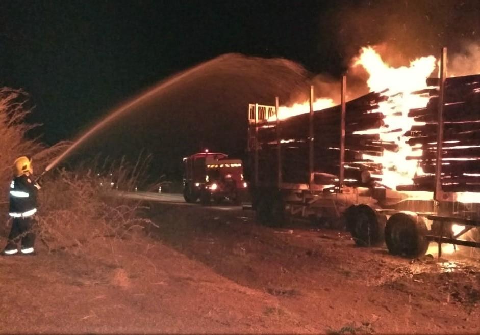 Bombeiros militares atuam em combate a incêndio em carga de madeira na BR-153, em Paraíso