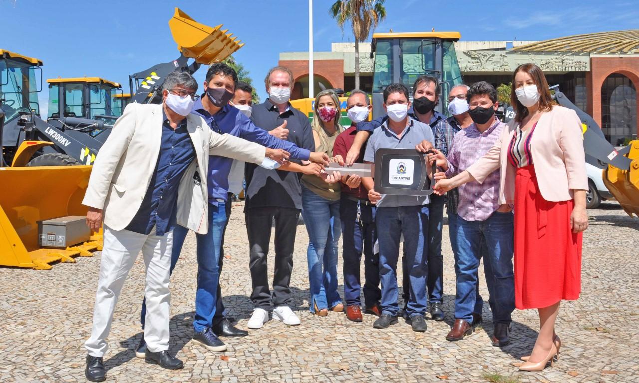 Governador Carlesse realiza entrega de máquinas pesadas a mais dez municípios