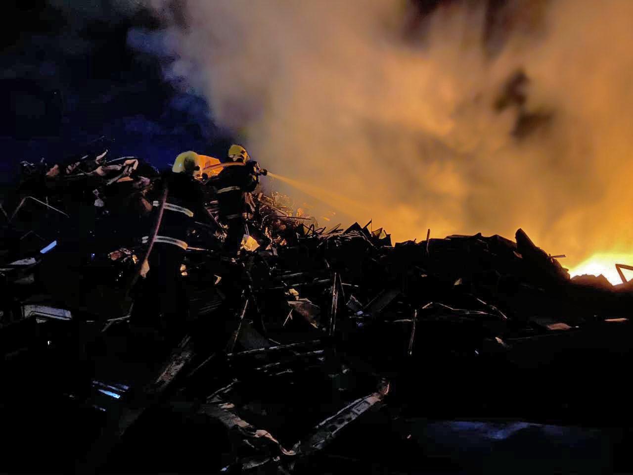 Incêndio se alastra em vegetação e atinge ferro velho em Taquaralto