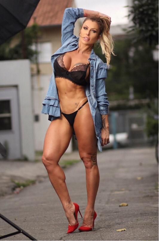 Musa fitness Luciane Hoepers exibe marquinha do bronze em ensaio sensual