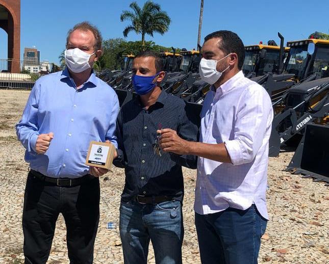 Prefeito Ricardo Dias recebe nova retroescavadeira para o município de Brasilândia do Tocantins