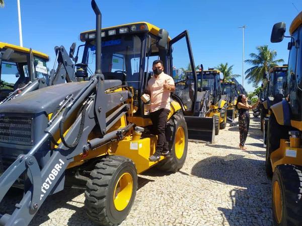 Prefeitura de Rio dos Bois realiza entrega de van para Saúde e retroescavadeira para Infraestrutura do Município