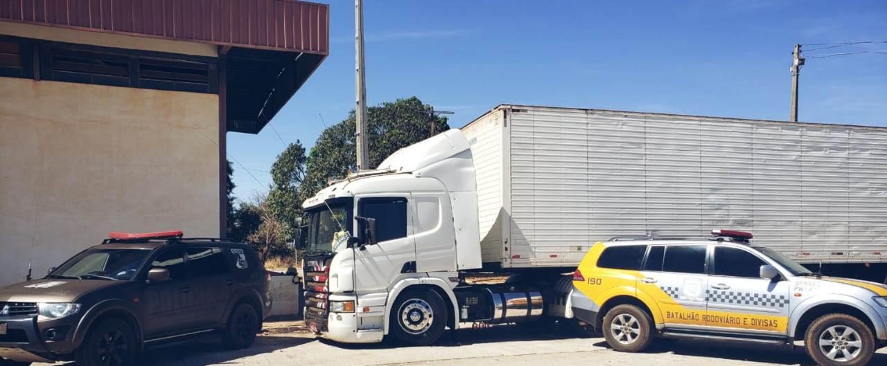 PM apreende dois semirreboques e um caminhão com sinais adulterados em Talismã: um deles com registro de furto/roubo