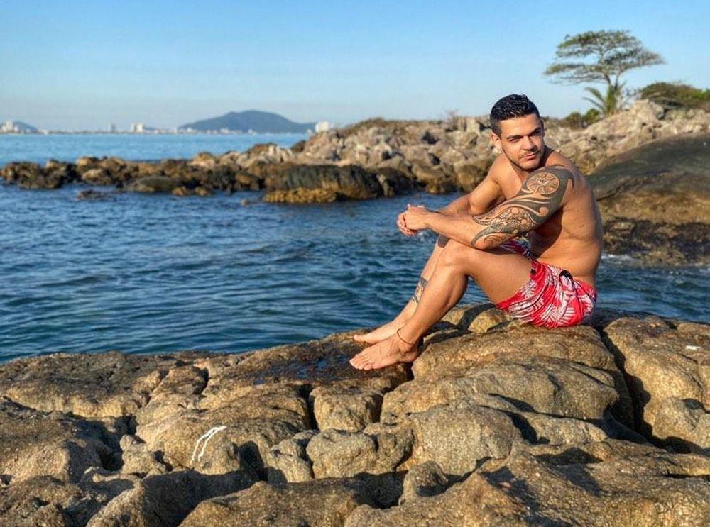 Caique Aguiar exibe shape impecável em ilha da praia de pitangueiras no Guarujá
