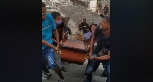 """Família se inspira em """"meme do Caixão"""" e enterra idoso com festa no RJ; assista"""