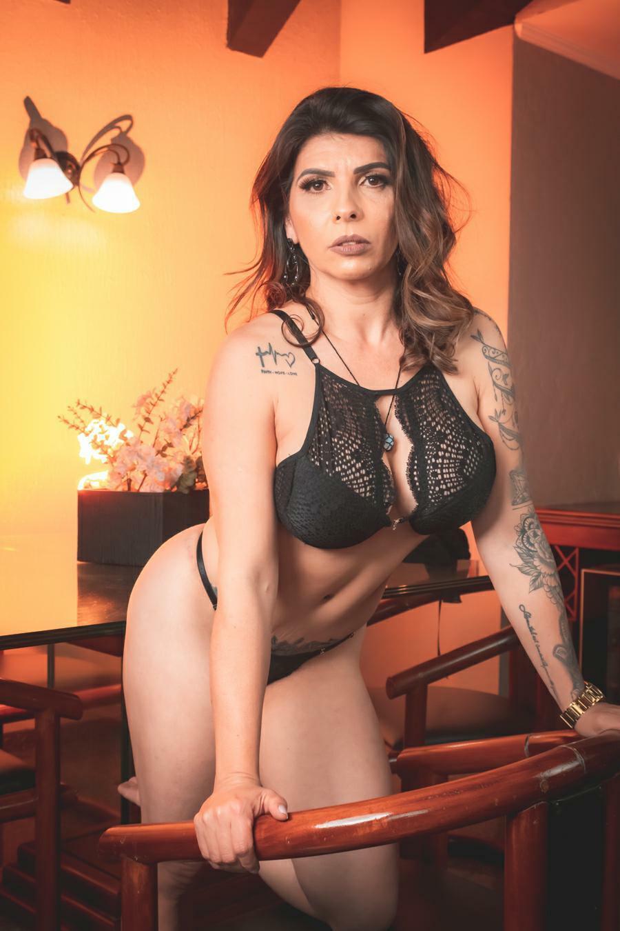 Modelo Barbara de Sá arrasa com corpo escultural nas redes sociais