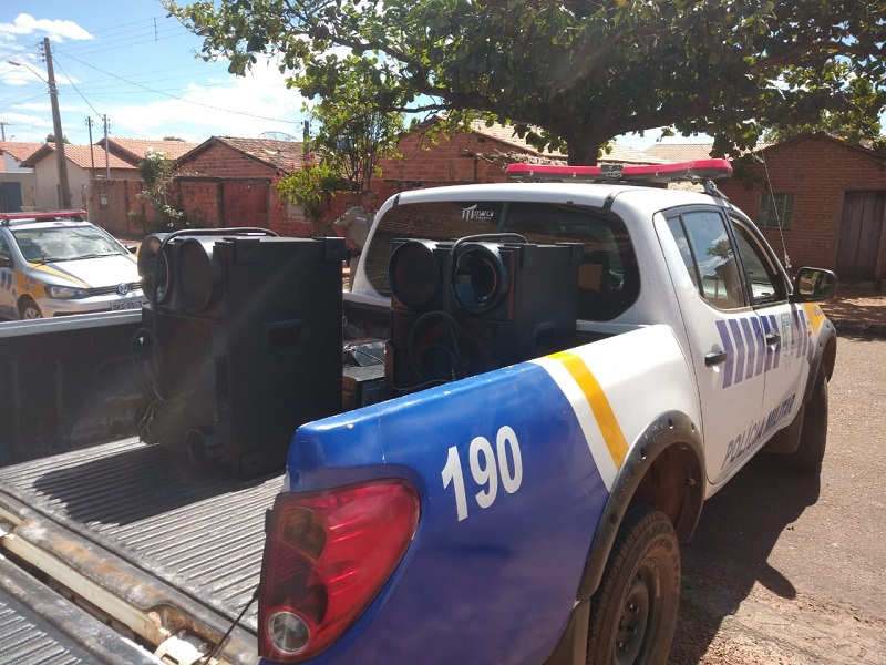 Polícia Militar detém dois homens por perturbação do sossego alheio e apreende aparelhagem sonora em Paraíso