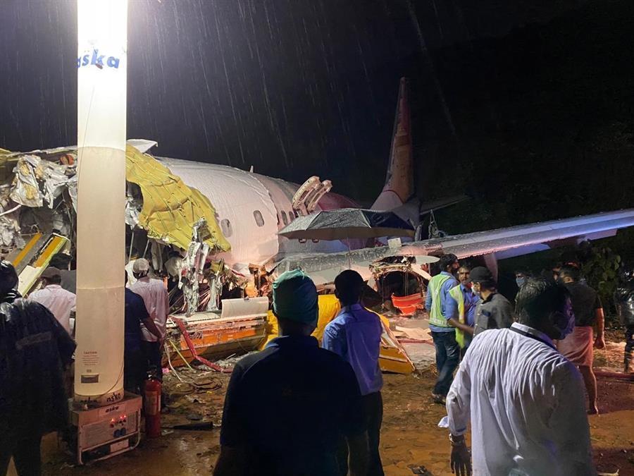 Avião com 190 passageiros se parte em dois ao aterrissar na Índia; 17 pessoas morreram