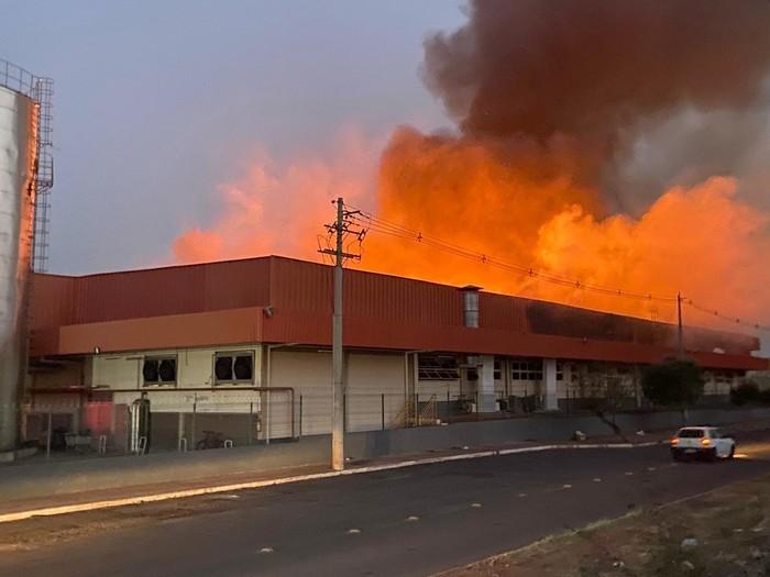 Fogo consumiu toneladas de produtos em supermercado de Campo Grande