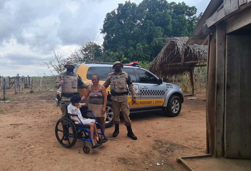 Policiais do BPMRED doam cadeira de rodas para menina deficiente em situação de vulnerabilidade social